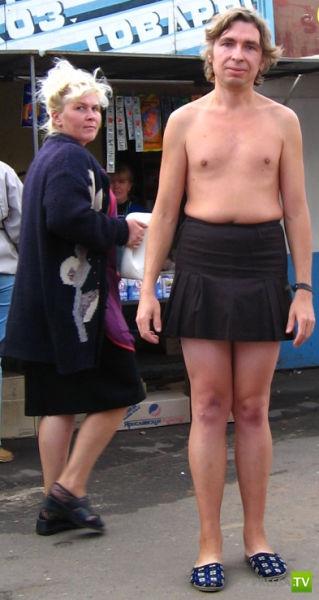 парень против коротких юбок