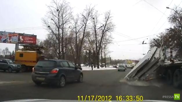 С КАМАЗа на повороте посыпались плиты... ДТП в Новосибирске