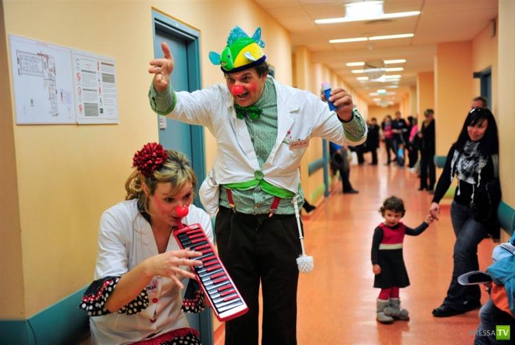 Когда обычные врачи не могут помочь, спасают врачи-клоуны (8 фото)