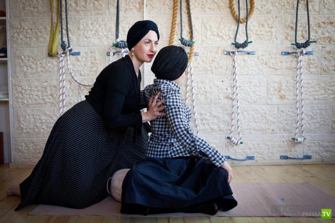 Как ортодоксальные евреи занимаются йогой... (11 фото)