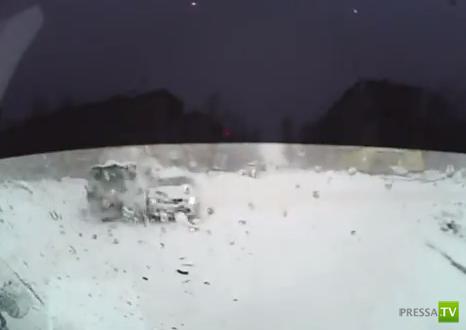 """Женщина-водитель Nissan не уступила дорогу """"УАЗ-452"""" на перекрестке... ДТП в Биробиджане"""