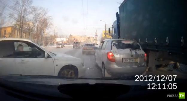 """""""Субару"""" вынесло на встречку... ДТП в Красноярске"""