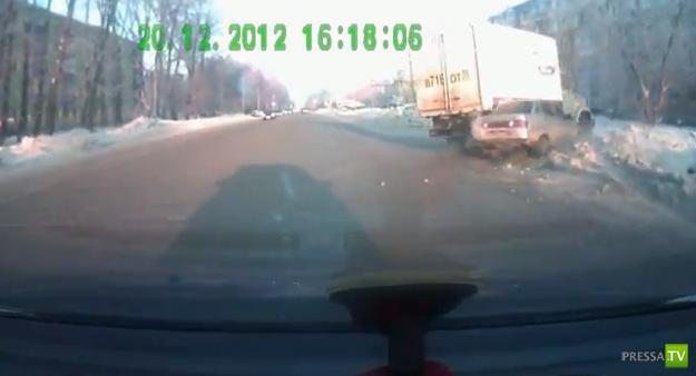 Столкновение на повороте... ДТП в Омске