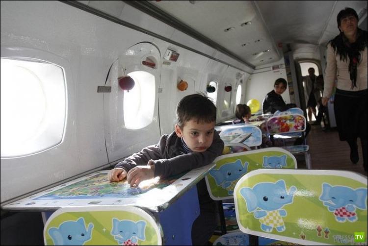 Детский сад внутри самолета Як-42 в Рустави (10 фото)