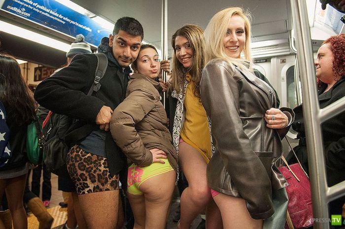 """Ежегодная акция """"В метро без штанов"""" в Нью-Йоркском (25 фото)"""