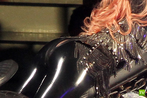 На растолстевшей Леди Гаге во время концерта лопнули штаны (3 фото)