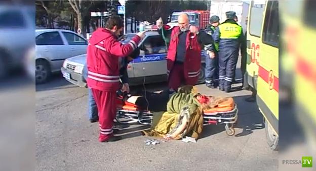 """Водитель большегруза """"Ман"""" летел на красный и  сбил насмерть женщину. ДТП на перекрестке в Геленджике. Жесть!!!"""