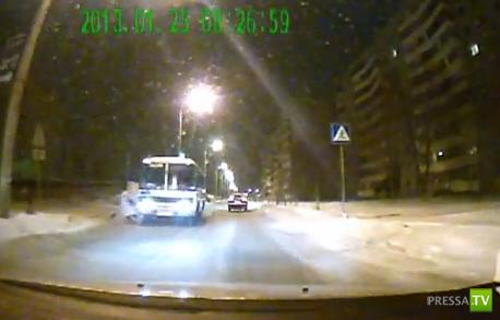 Автобус сбил девушку на пешеходном переходе... ДТП в Омске