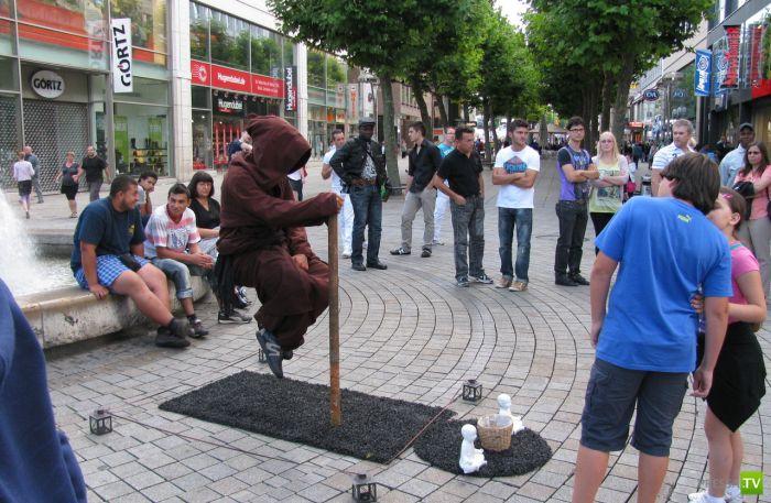Человек парит над землей - фокус с разоблачением (8 фото)