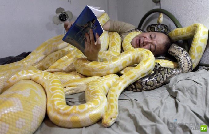 Эммануэль Тангко - владелец зоопарка спит со змеями (4 фото)