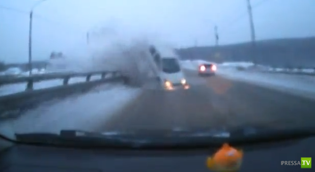 Женщина на Toyota Vitz не справилась с управлением и влетела на встречке в Toyota Fielder... ДТП в Томске