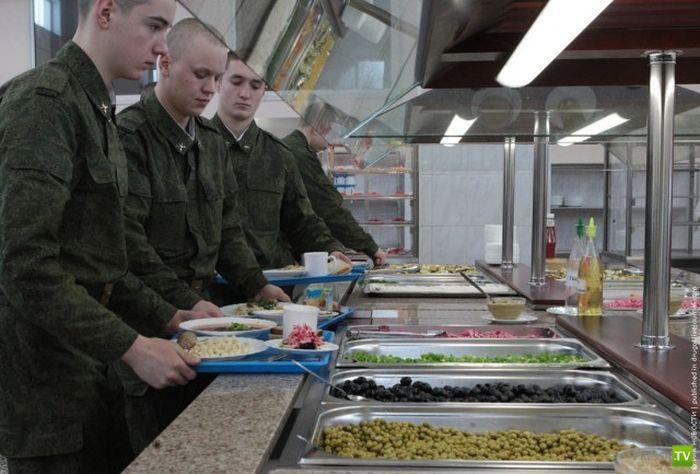 """Новости армейской жизни: в солдатской столовой теперь тоже """"шведский"""" стол (9 фото)"""