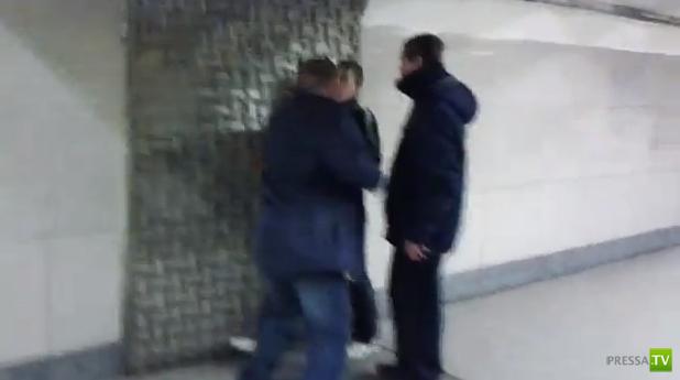 Разборки алкашей на станции метро Варшавская, Москва