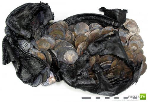 В Роттердаме в старой обуви нашли 477 серебряных монет  15-16 веков (6 фото)