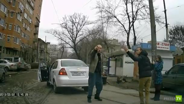 Разборки на дороге... Драка водителя и пешехода