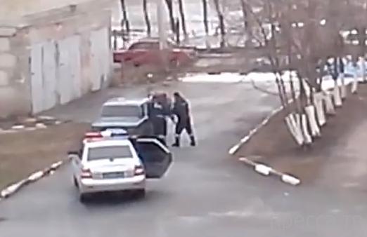 """Сотрудники ДПС избивают водителя  """"Шестерки""""... в Старом Осколе"""