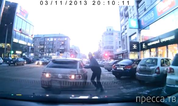 """12-ка"" без водителя задом въехала в капот... ДТП в Челябинске"