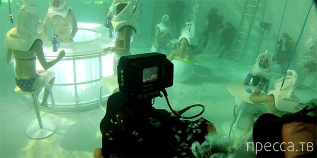 Большой бассейн превратили в подводный бар в Нью-Йорке (6 фото)