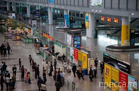 В аэропорту Гуанчжоу задержали женщину с лягушками во рту (2 фото)