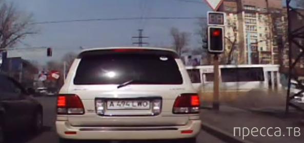 Девушка на Рrado при повороте не пропустила автобус... ДТП в Алматы