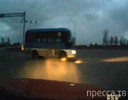 Москвич столкнулся с автобусом по дороге в аэропорт... ДТП в Казахстане