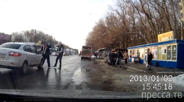 Драка между пешеходом и водителем в пос. Малаховка, Московская область