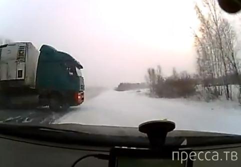 Subaru Outback избежал столкновения с фурой, но вылетел в кювет... ДТП на трассе Тюмень-Омск
