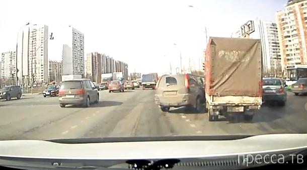Водитель Nissan X-Trail повернул, не глядя, и влетел в грузовичок... Москва
