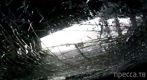 С моста упала глыба льда на лобовое стекло... ДТП в Екатеринбурге
