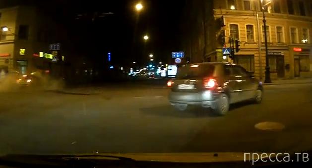 Классическое столкновение на красный свет на Невском проспекте в Петербурге...