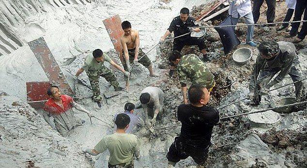 Китайский фермер провалился в грязевую яму...