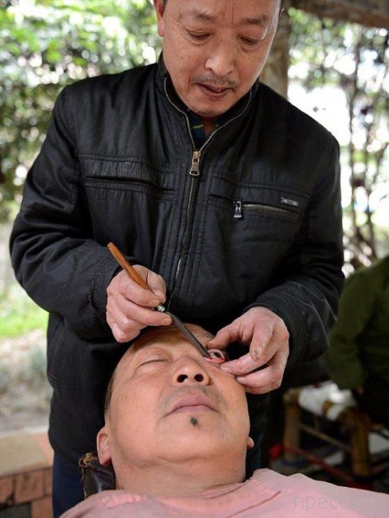 """После бритья - """"чистка глазных яблок"""", нормальная процедура в Китае (4 фото)"""