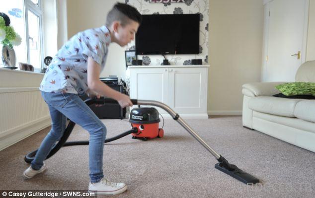 Мальчик из Англии одержим пылесосами (4 фото)