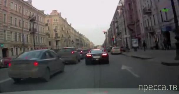 Неадекват на Audi R8 атакует Mazda... Невский проспект, Санкт-Петербург