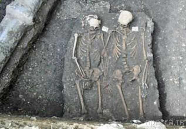 На раскопках средневекового монастыря найдены останки румынских Ромео и Джульетты (4 фото)
