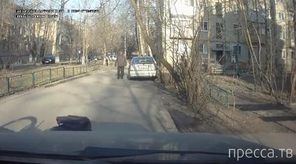 Пьяный на велосипеде зацепил припаркованную машину и упал...