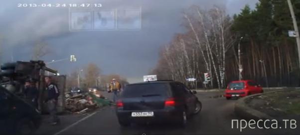 Мусоровоз перевернулся на светофорое... г. Домодедово, Каширское шоссе, Москва
