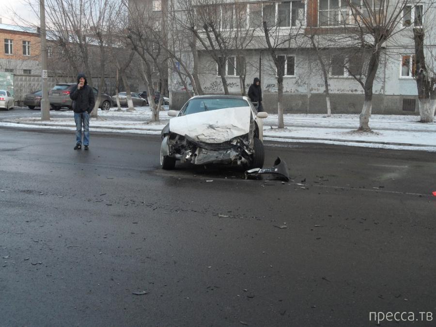 Пьяный таксист сбил насмерть старушку, столкнулся с  Nissan и врезался в дерево... ДТП в Красноярске. Жесть!!!