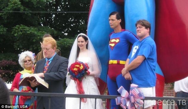 Хобби разрушило брак фаната Супермена (7 фото)