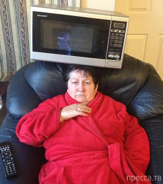 Бабуля развлекает друзей внука в твиттере, удерживая на голове микроволновку (8 фото)