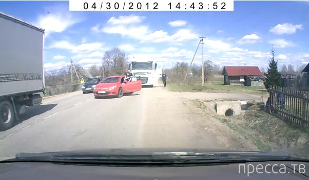 """Дальнобойщик получил отпор от водителя """"Опеля""""... Белорусская граница"""