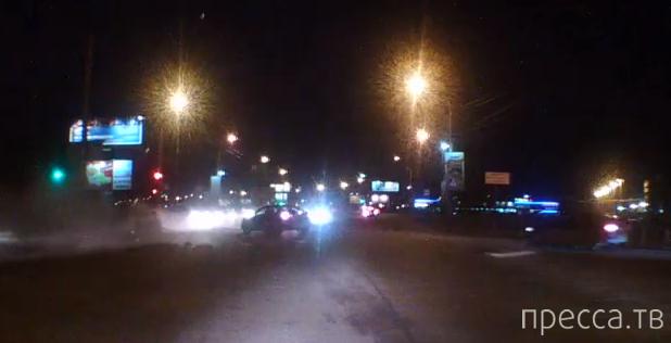 На красный свет влетел в фонарный столб... ДТП на улице Конева в Омске