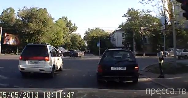 ДТП с участием трех машин... перекресток ул. Муканова и ул. Толе би