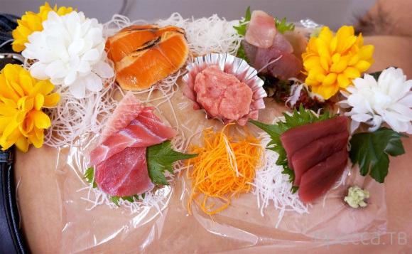 """Журналист Мистер Сато в роли """"нетаймори"""" -  обнаженной девушки, на которой выложены японские блюда (суши, роллы, сашими) (21 фото)"""
