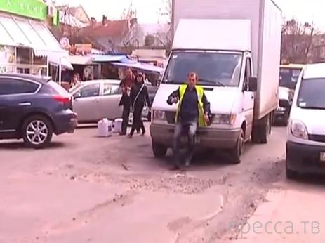 Работник парковки пытался остановить грузовой Мерседес... ДТП в Ивано-Франковске, Украина