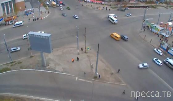 ВАЗ-21130 выехал на запрещающий сигнал светофора и столкнулся с маршрутками Fiat Ducato и ПАЗ... ДТП на перекрестке Комсомольского проспекта и Молодогвардейцев, Челябинск