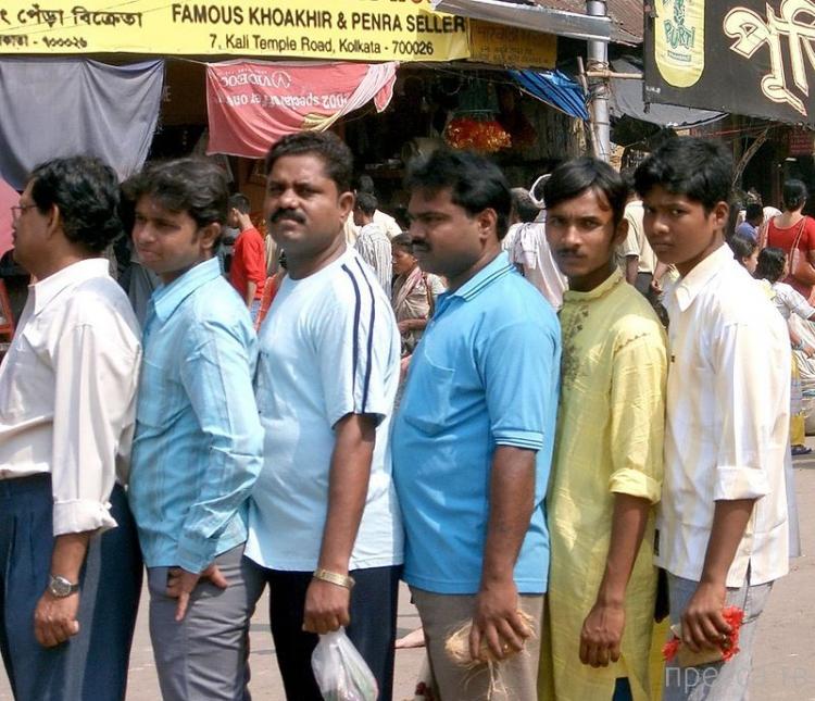 Суровые индийские очереди (4 фото)