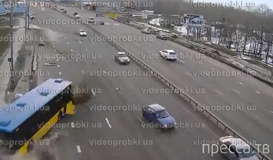 У автобуса лопнуло колесо и он врезался в отбойник... ДТП на Московском мосту в Киеве