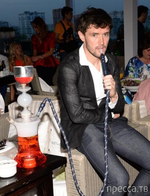 Футболист Жирков курит кальян с детьми... (3 фото)