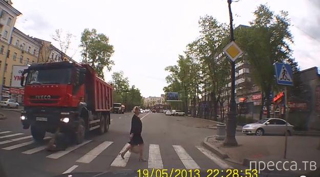 Женщина попала под колеса грузовика на переходе... ДТП в Хабаровске